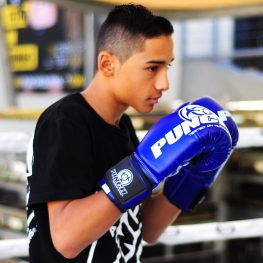 lifestyle-blue-urban-boxing-gloves